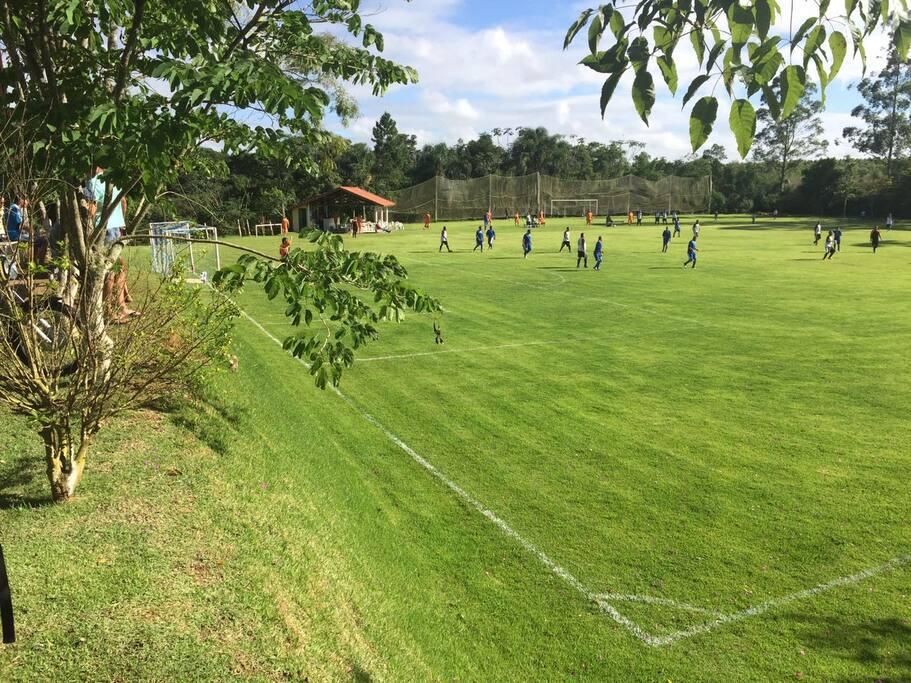 Campo de futebol oficial com grama esmeralda! Super bem cuidado