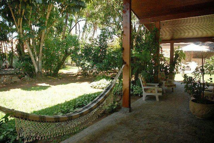 Espaço tranquilo e extremamente arborizado para descansar.
