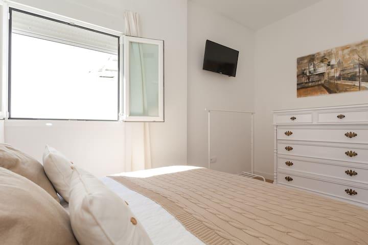 Habitación del apartamento equipado con t.v.