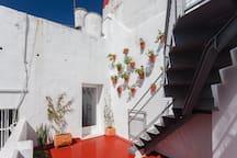 El acceso a la terraza privada es a través de una escalera de metal, desde la azotea baja. Es la única zona con acceso no habilitado para personas con minusvalía.