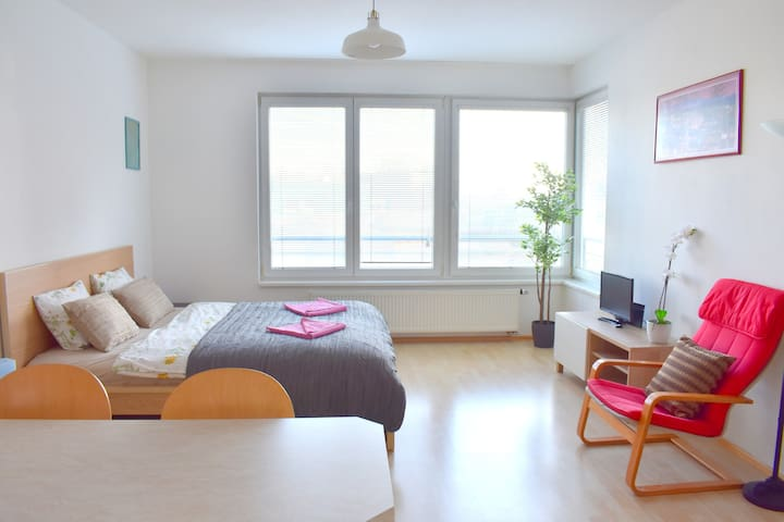 Modern&Quiet studio 8MIN away from the AIRPORT!