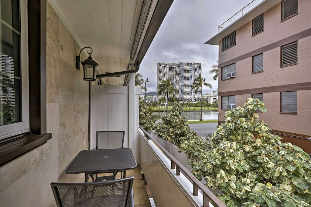 Live like a Honolulu local at this canalside vacation rental apartment.