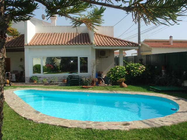ROOM BATH + Pool near sea and Golf - Charneca de Caparica - Bed & Breakfast