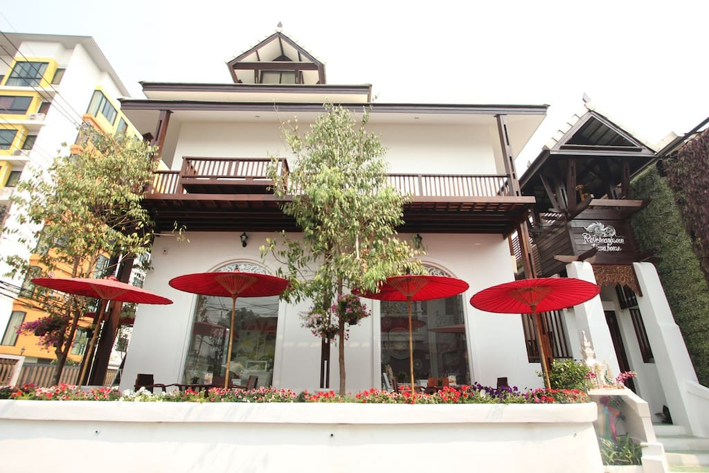Ratchiangsaen flora house bed and breakfasts for rent in for Classic house chiang mai