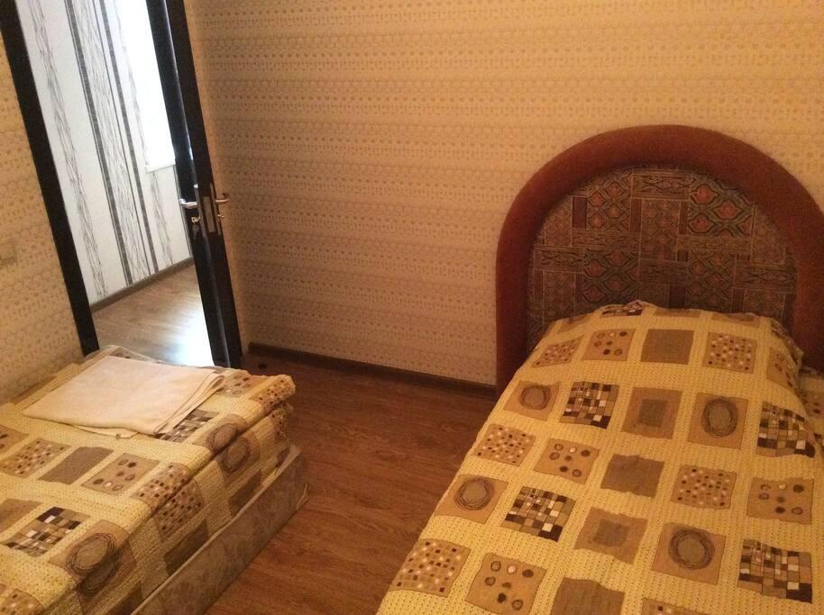 Спальная комната с двумя отдельными кроватями