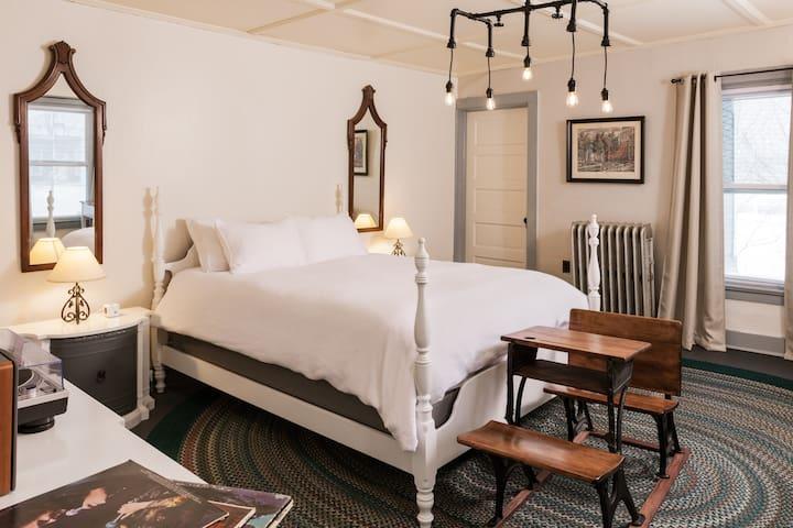 The Deers Head Inn Tavern/ Queen bed room