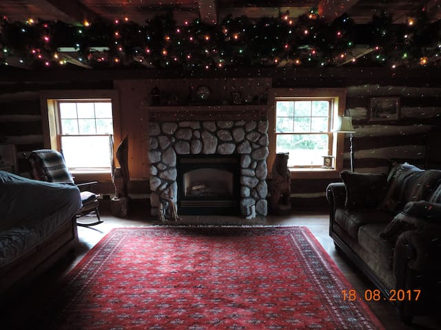 AUNT BEA'S  LOG  CABIN... B& B    BUILT IN 1854.