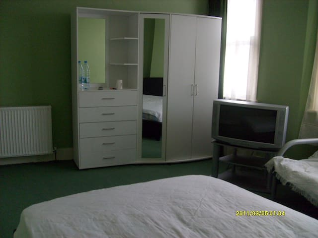 LARGE DOUBLE ROOM IN A CLEAN AND QUIET HOUSE