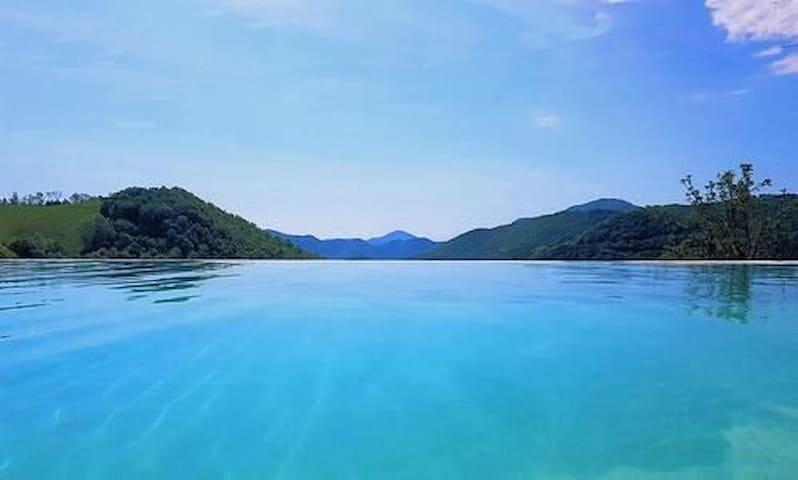 Gîte à la montagne avec vue et piscine