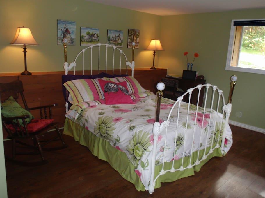 Chambre lit double et douillet. Spacieuse et confortable.