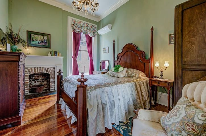Bayou Room/cozy 4-poster Queen bed & private bath