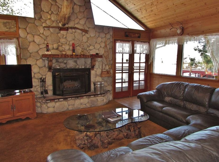 Cozy Living Room - Lake Views!