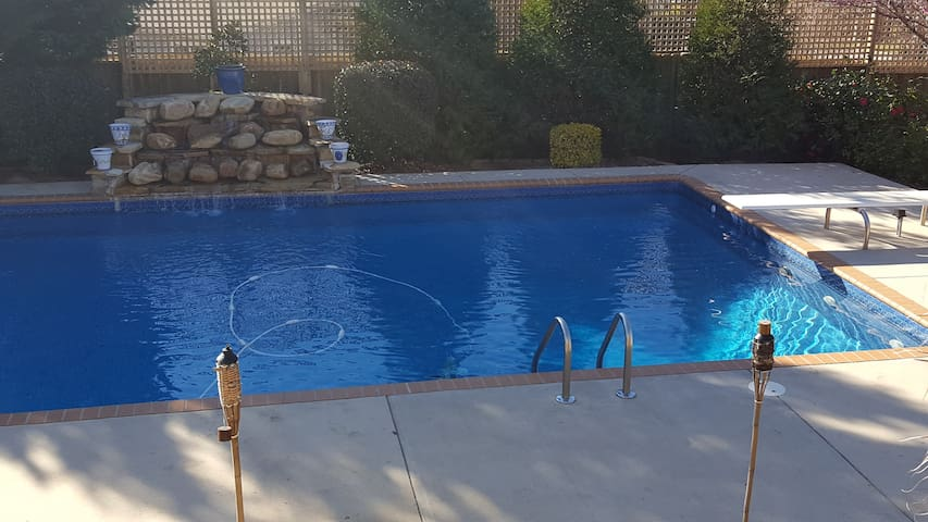 Immaculate - King Beds with Pool- Masters Rental - Evans - Casa