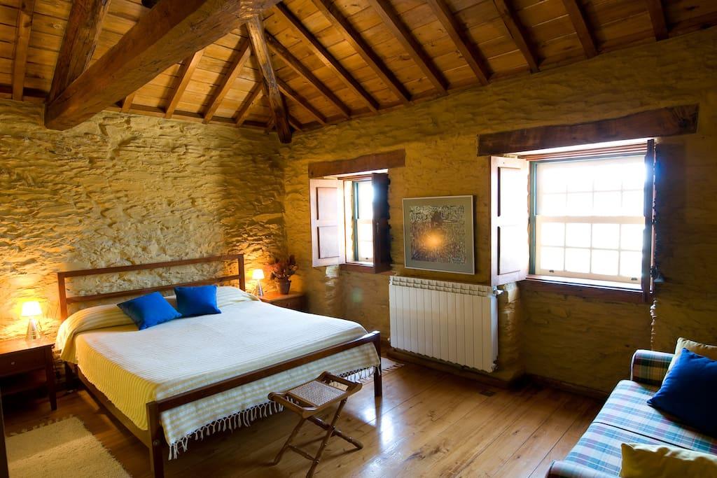 Quarto/estúdio com cama king size e sofá-cama