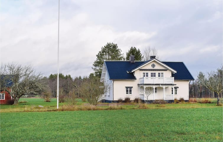 Former farm house with 2 bedrooms on 150 m² in Södra Vi