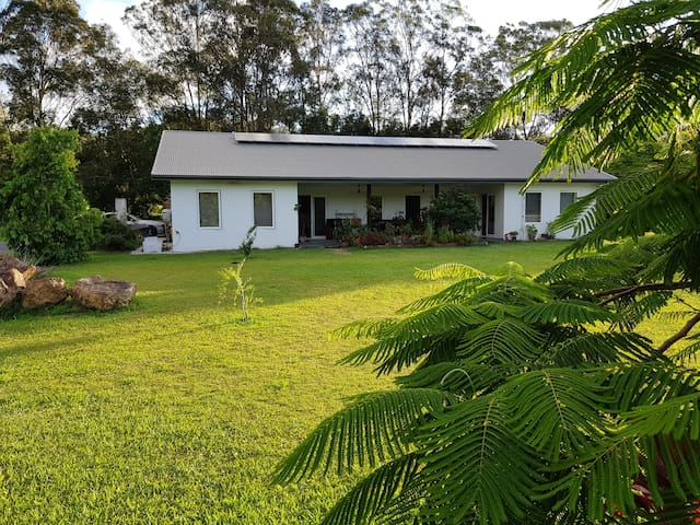 Crabbes Creek Contemporary Private Homestay & Pool