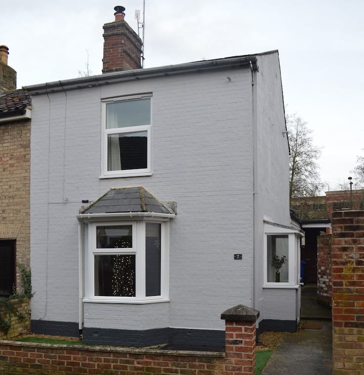No.7 a delightful cottage in the heart of Town