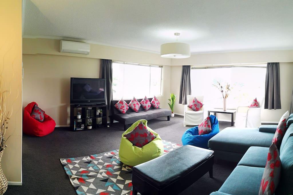 lounge (Rotorua lake view)