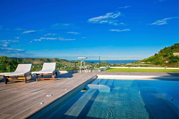 Villa tra l'Adriatico e i monti Sibillini