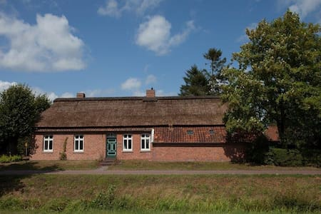 Big farmershouse in the countryside - Großefehn - House