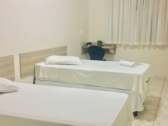 QUARTO COM BANHEIRO PRIVATIVO E CAFÉ DA MANHÃ