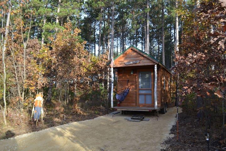 Cozy-Romantic- Tiny House on Wheels-Near the Dells