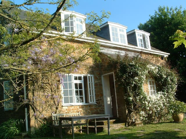 Homely Cottage off the beaten track - Bridport - บ้าน