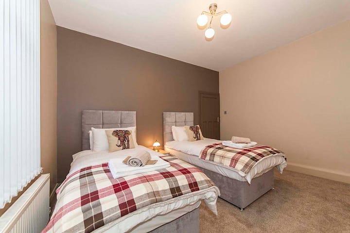 Great Hotel Alternative 3 BED Sleeps 6 Whole House