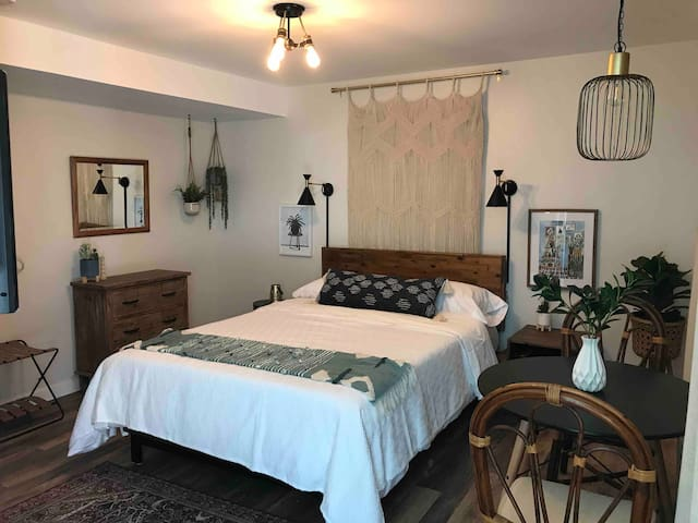 Mid-Century/Boho suite, walk to the strip, A/C