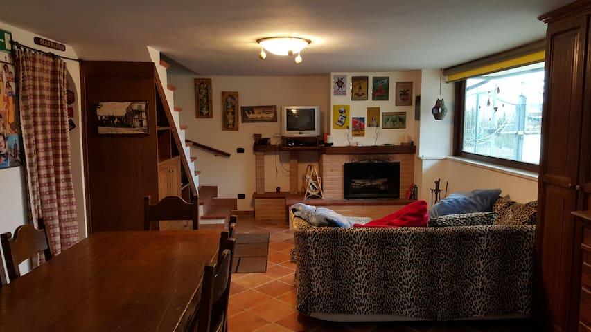 villa indipendente su due livelli con giardino.