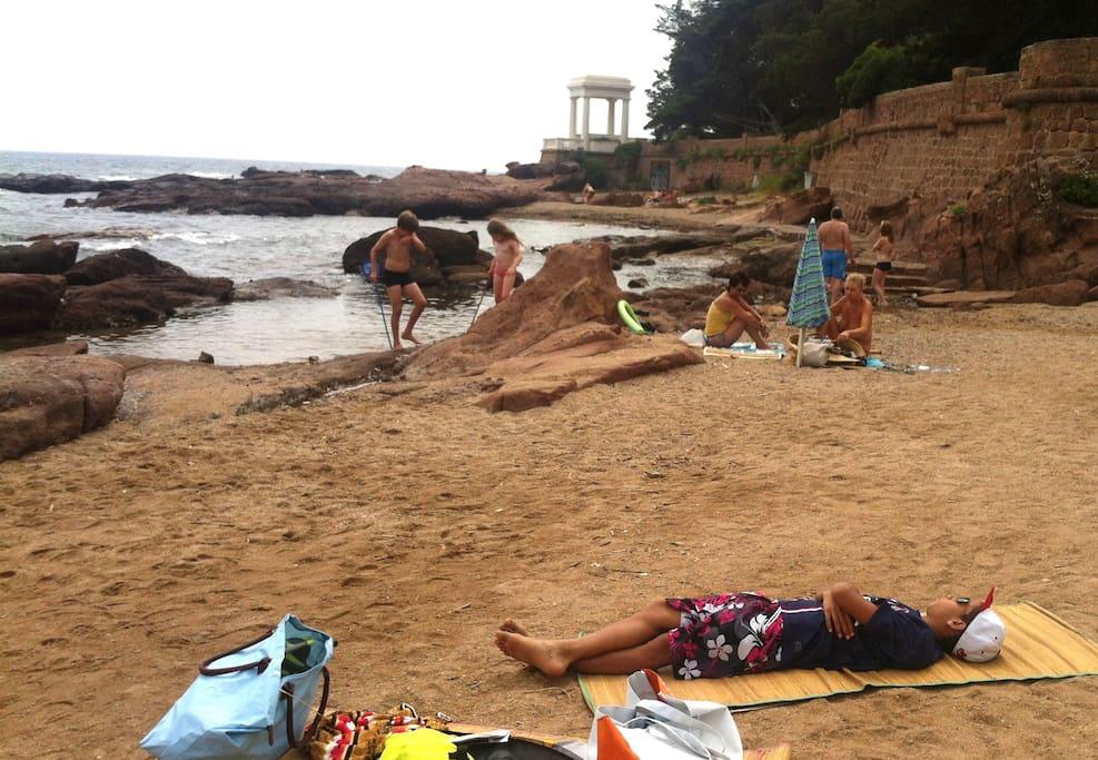 Il n'y a jamais foule sur la plage. Un sentier côtier permet de longer le littoral sur plusieurs km