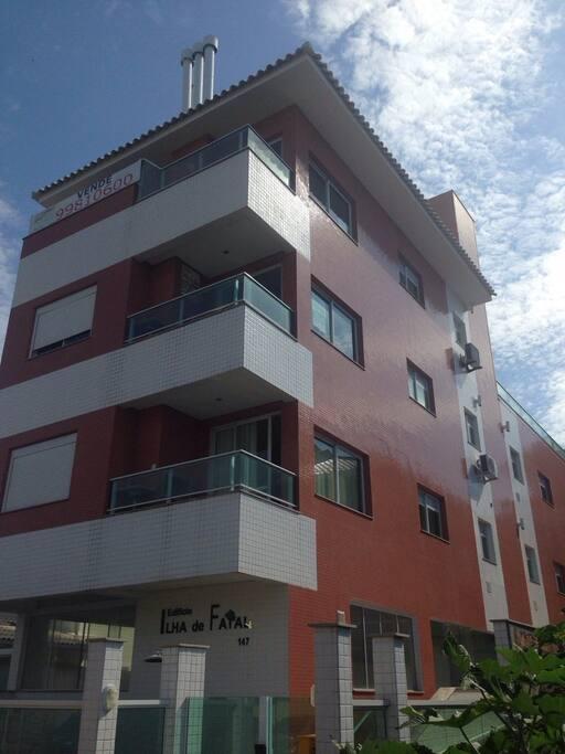 Condomínio (apartamento localizado no segundo andar, fundos)