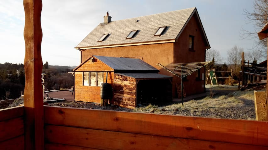 We offer a cosy wooden cabin  - Gort - Cabaña