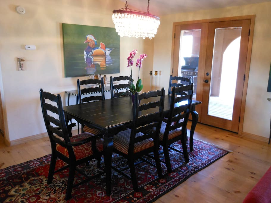 Dining table (can expand to seat 8 people).