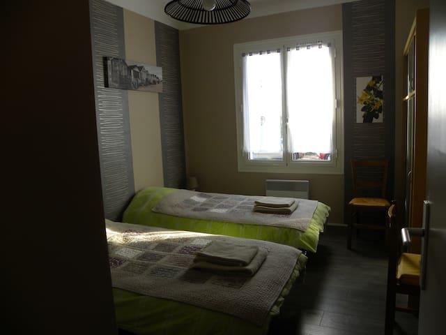 Grande chambre dans villa dans un quartier calme