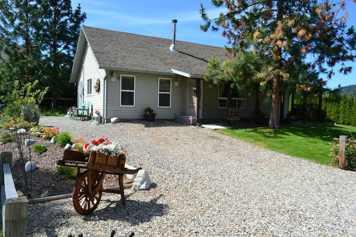 Charming 2 bed Carriage House with private garden - Peachland - House