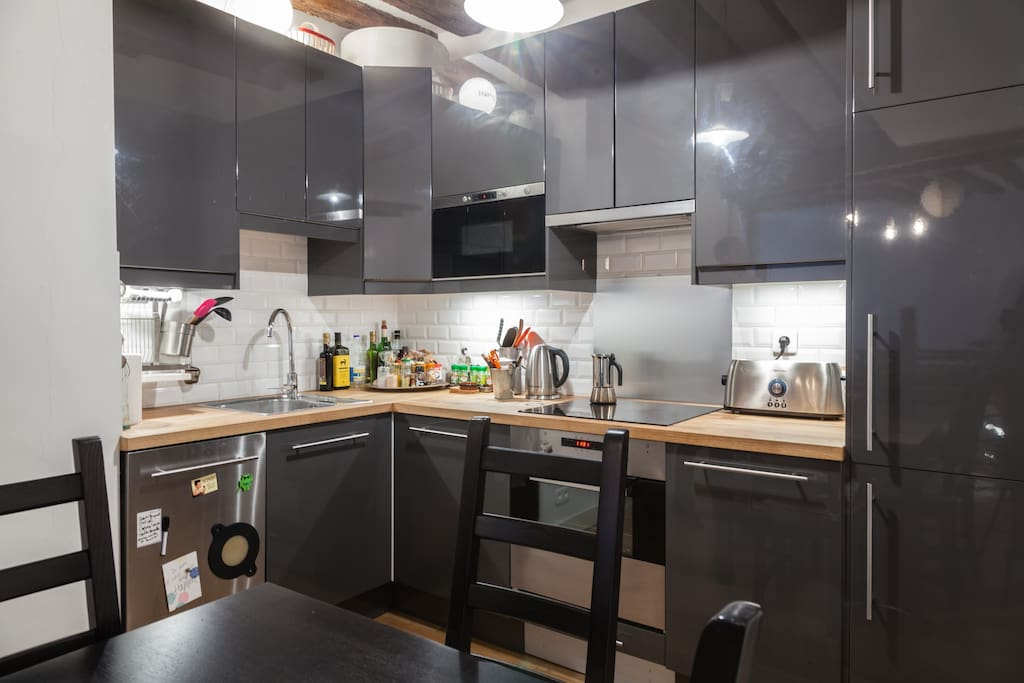 A real functional kitchen, with all the amenities, in a retro-modern decor.