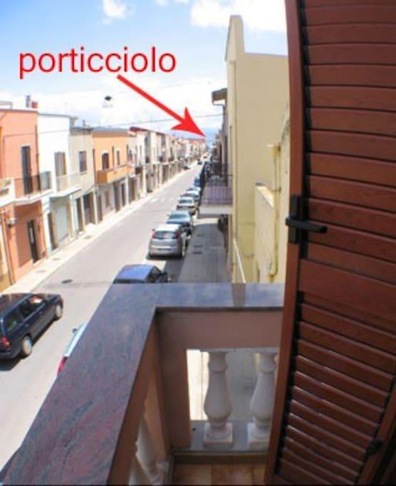 Vista dal balcone fronte strada