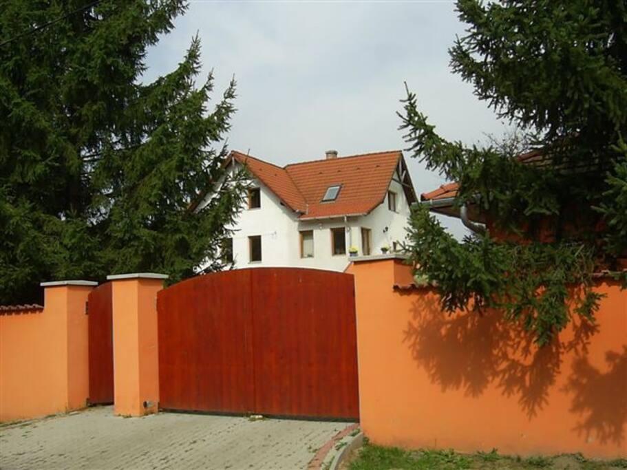 bejárat a ház látképével