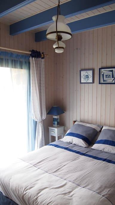 La chambre du rez-de-chaussée, un lit de 140x190