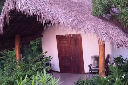 beau bungalow tout confort a Ambatozavavy - Ampasipohy - บังกะโล
