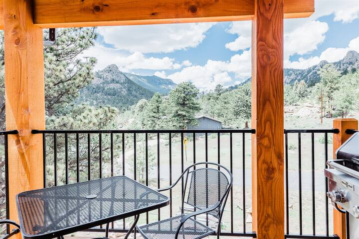 Cool Mountain Modern Unit with Spectacular Mountain Views! Short Walk to Downtown Estes Park (#302)