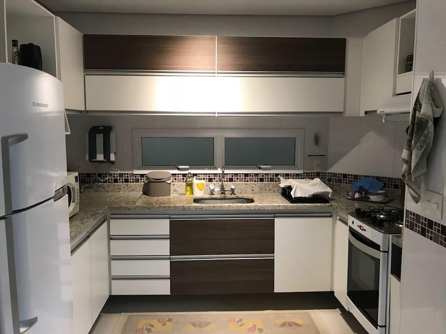 Ampla cozinha equipada