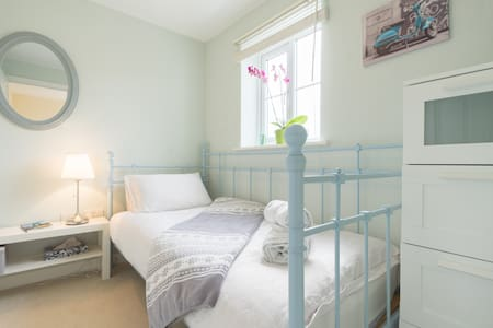 Private single room and bathroom - Bristol - Casa