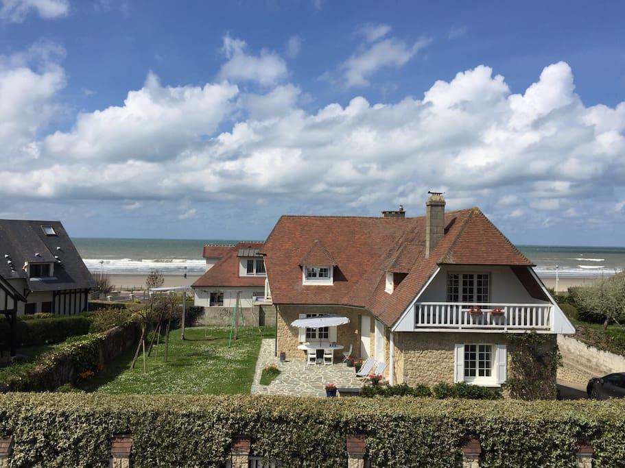 La plage est derrière la maison et la terrasse orientée au sud est abritée du vent marin