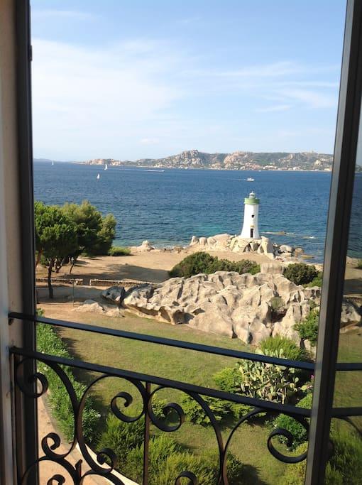 La suggestiva vista da una delle quattro finestre che si affacciano sul mare: l'isola della Maddalena e Spargi