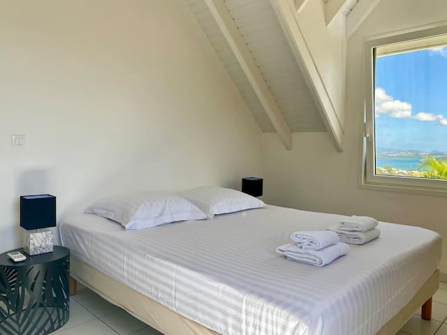 Chambre 2 climatisée avec lit en 160cm, vue mer et salle de bain complète attenante