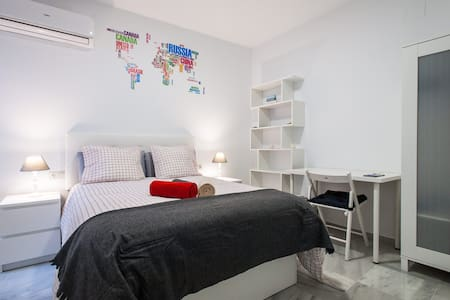 Brand New London Room in Seville City Center