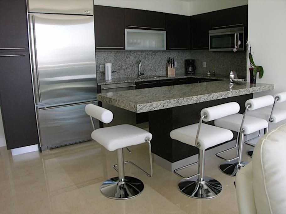 Fully equipped kitchen with breakfast table for 4