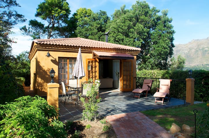 Garden Cottage with private Entrance and Patio